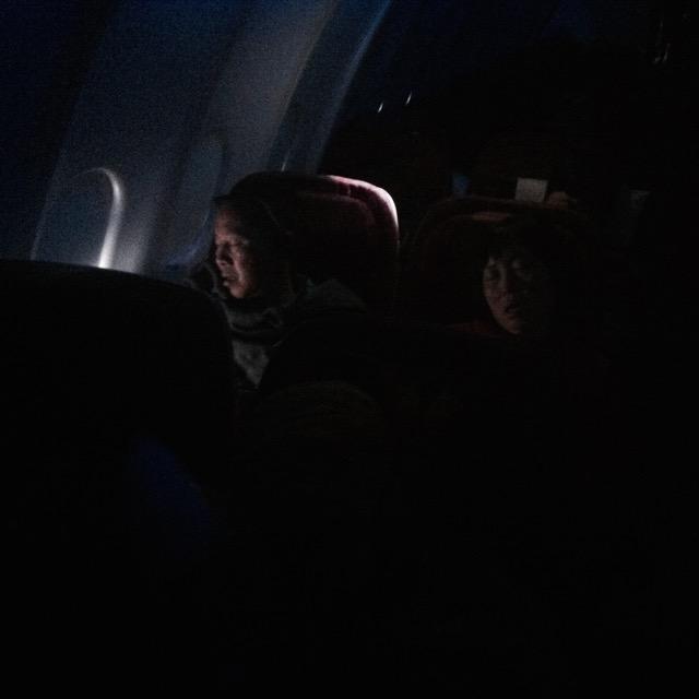 Utasok alszanak a repülőn - mobilfotó | Seres Zsolt fotós